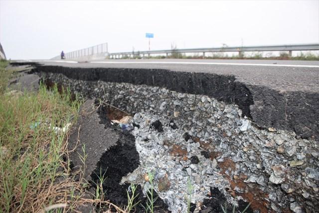 Quảng Nam: Sạt lở tại cầu vượt đường cao tốc 34.500 tỷ - 1