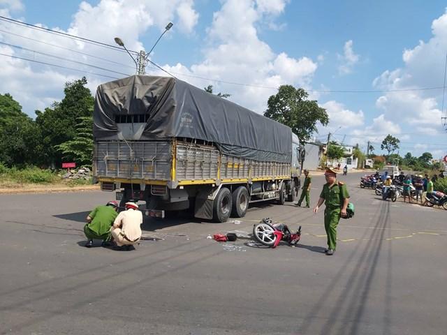 Tông vào xe tải, hai nam sinh lớp 11 thương vong