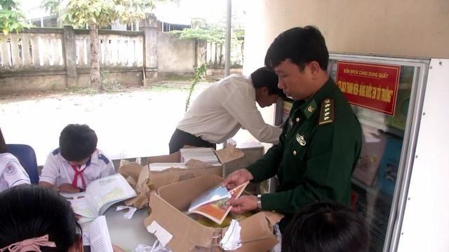 Quảng Ngãi: Tủ sách nâng bước em tới trường của người lính Biên phòng - 1