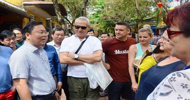 Giữa mùa dịch Covid-19, Chủ tịch tỉnh dạo phố cổ trò chuyện cùng khách Tây - 1