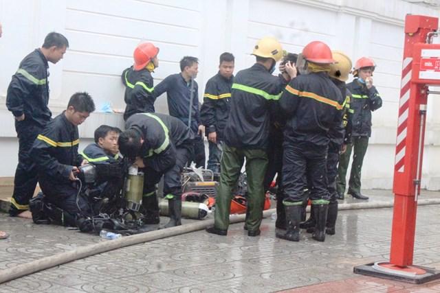 Cháy karaoke ở Hà Tĩnh:Cắt tường để tiếp cận nguồn phát cháy - 1