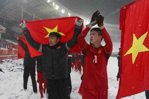 Duy Mạnh lý giải hành động cắm cờ tổ quốc trên sân Thường Châu - 1