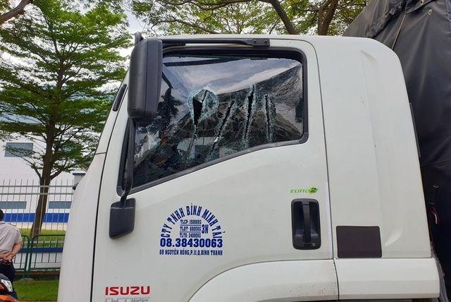 Xử phạt hành chính đôi nam nữ 'múa kiếm' đòi chém tài xế xe tải - 1