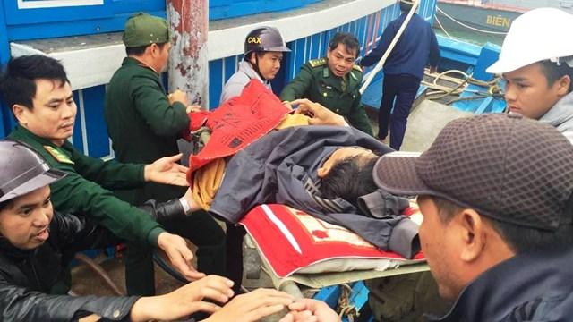 Đưa thi thể ngư dân Quảng Nam tử vong trên biển vào đất liền