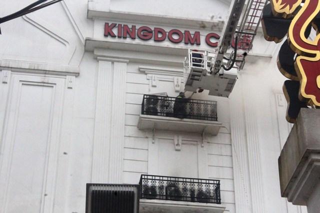 Cháy karaoke ở Hà Tĩnh:Cắt tường để tiếp cận nguồn phát cháy - 2
