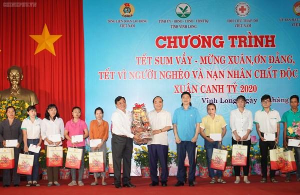 Thủ tướng dự chương trình 'Tết sum vầy' với người nghèo tại Vĩnh Long - 1
