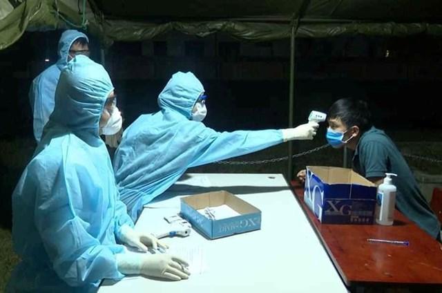 Quảng Bình: Trắng đêm đón nhận công dân vào địa điểm cách ly - 1