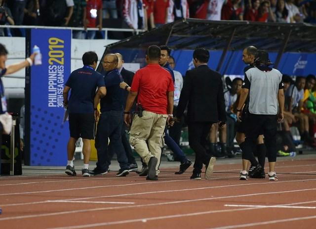 Sau khi nhận thẻ đỏ, HLV Park Hang Seo bị cổ động viên Indonesia đe dọa