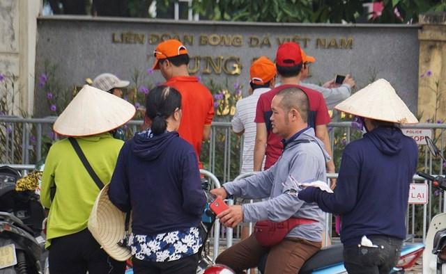 Vé 'chợ đen' trận Việt Nam - Malaysia vẫn bị thổi giá cao ngất - 6