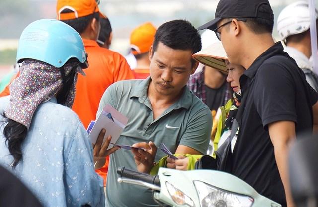 Vé 'chợ đen' trận Việt Nam - Malaysia vẫn bị thổi giá cao ngất - 1