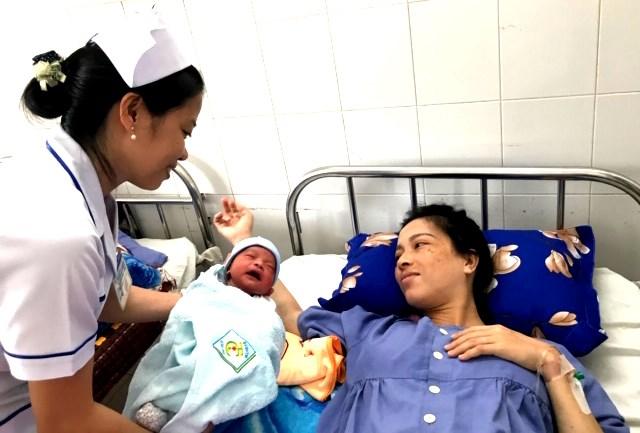 Cứu sống mẹ con sản phụ bị nhau thai cài răng lược hiếm gặp