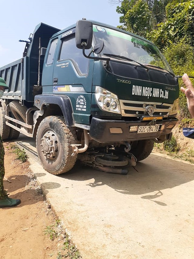 Xe tải va chạm với xe máy, 2 người tử vong - 1