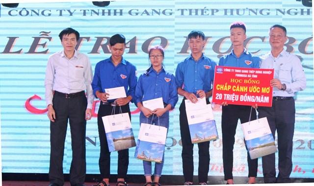 Hà Tĩnh: Trao 384 suất quà cho học sinh nghèo vượt khó học giỏi