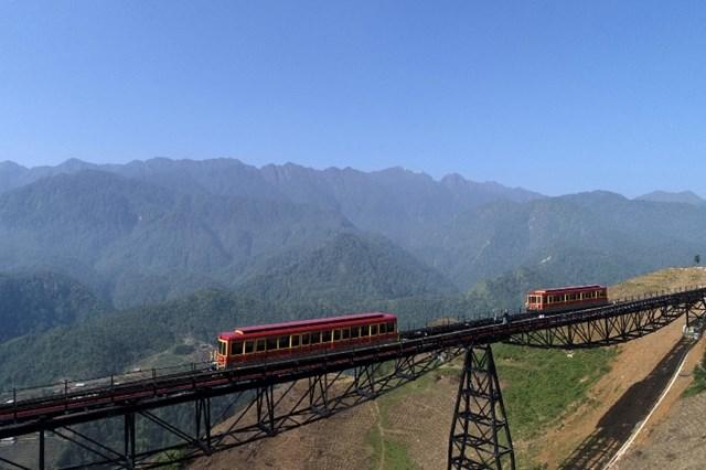 Tây Bắc đẹp dịu dàng qua ô cửa cabin tàu hỏa leo núi Mường Hoa - 2