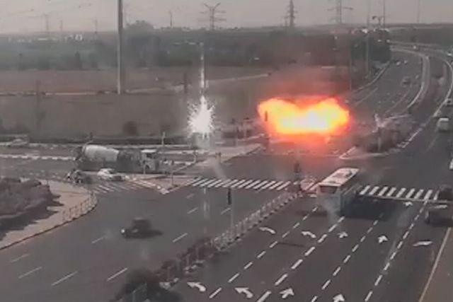 [VIDEO] Tên lửa suýt rơi trúng ô tô trên đường cao tốc ở Israel