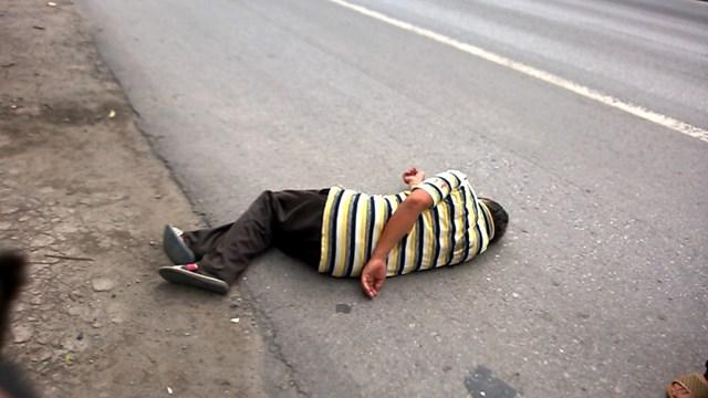 Người đàn ông say rượu ngủ ngay trên quốc lộ