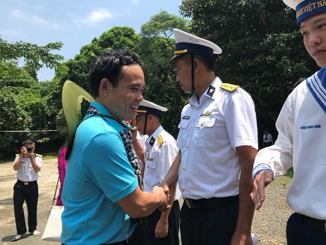 Đoàn cán bộ TP HCM thăm đảo Hòn Khoai