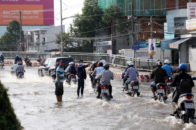[ẢNH] Triều cường tấn công dữ dội, nhiều tỉnh tại ĐBSCL ngập sâu trong 'biển nước' - 5