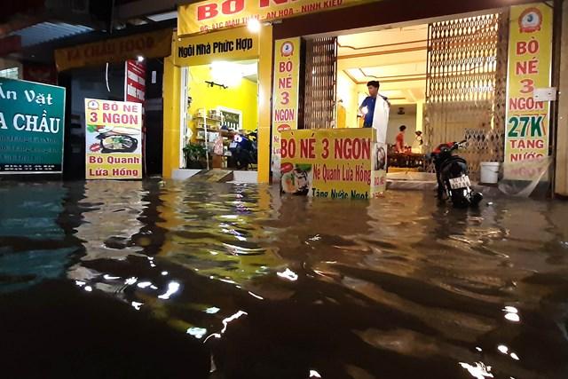 [ẢNH] Triều cường tấn công dữ dội, nhiều tỉnh tại ĐBSCL ngập sâu trong 'biển nước' - 7