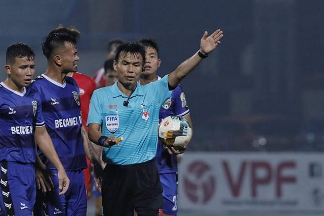 Vụ 'bẻ còi' hy hữu ở V-League trên sân Hàng Đẫy: Tiếng 'còi méo' đáng sợ!