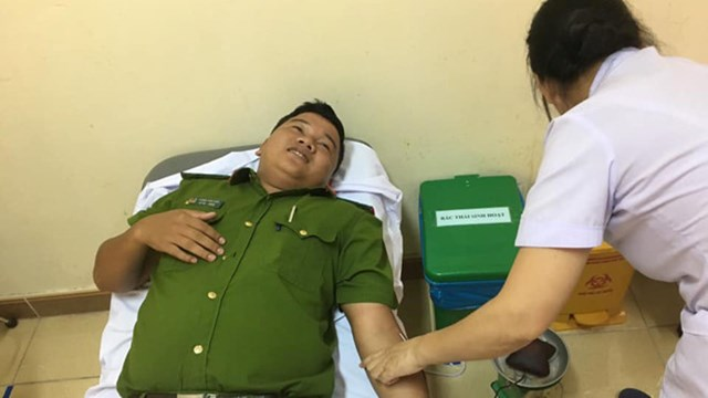 Cán bộ công an vượt 60 km đến bệnh viện hiến máu cứu người