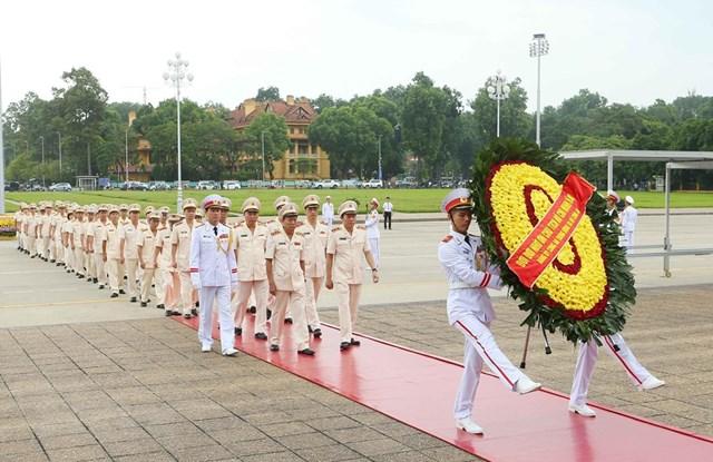 [ẢNH] Lãnh đạo Đảng, Nhà nước, MTTQ Việt Nam vào Lăng viếng Chủ tịch Hồ Chí Minh - 7