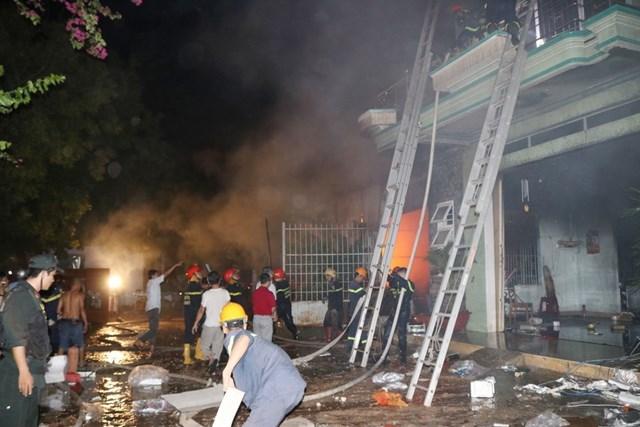 [ẢNH] Cháy lớn thiêu rụi kho hàng điện máy ở Ninh Thuận - 5