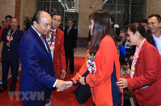 Thủ tướng gặp mặt Đội tuyển bóng đá nam và nữ giành HCV SEA Games 30 - 6