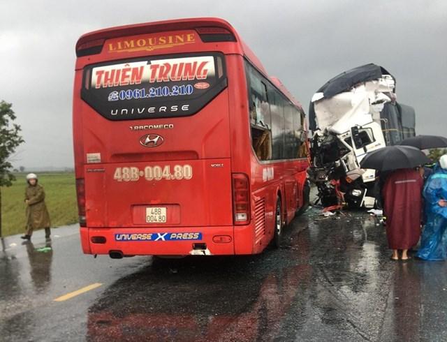Xe khách đối đầu xe tải, 1 người tử vong