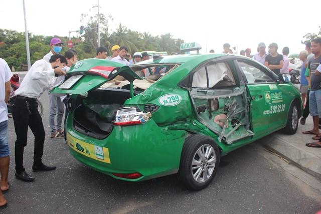 Xe tải va chạm với xe taxi, khiến 3 người thương vong