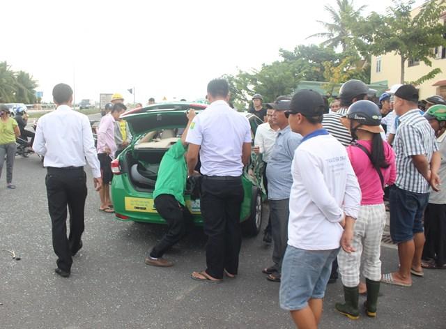 Xe tải va chạm với xe taxi, khiến 3 người thương vong - 1
