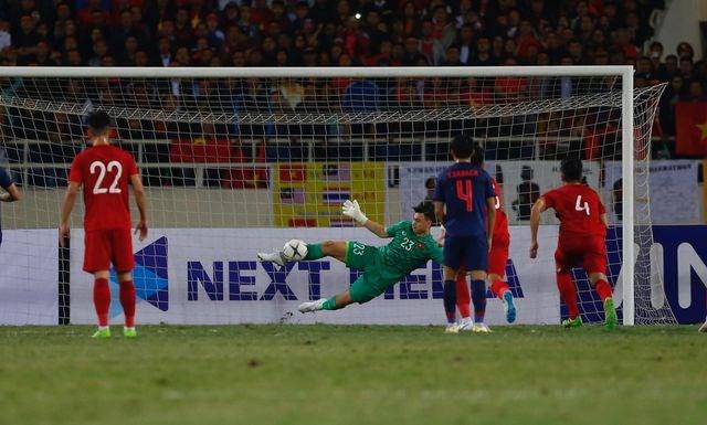 CĐV Thái Lan cảm ơn trọng tài khi từ chối bàn thắng của Bùi Tiến Dũng - 1