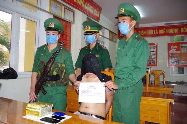 Quảng Bình: Bắt 3 đối tượng liều lĩnh vận chuyển 1kg ma túy đá - 1