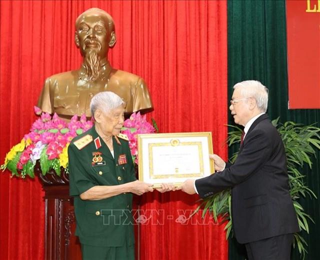 Tổng Bí thư, Chủ tịch nước trao phần thưởng cao quý tặng nguyên Tổng Bí thư Lê Khả Phiêu