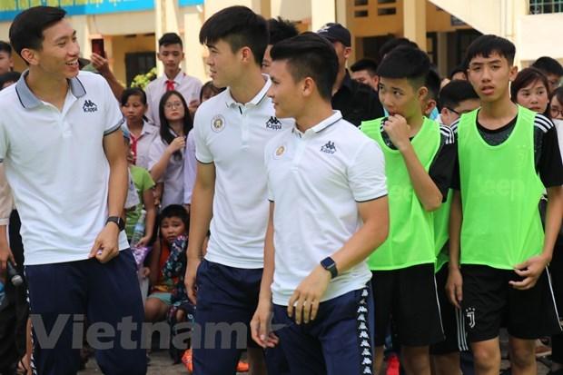 Đoàn Văn Hậu và dàn sao Hà Nội FC so tài cùng các học sinh - 2