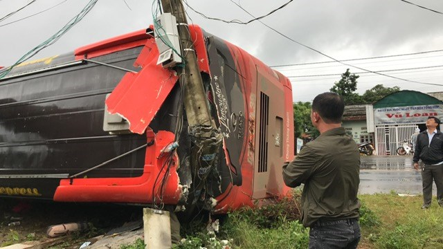 Xe khách lật đè hàng rào, nhiều hành khách suýt chết