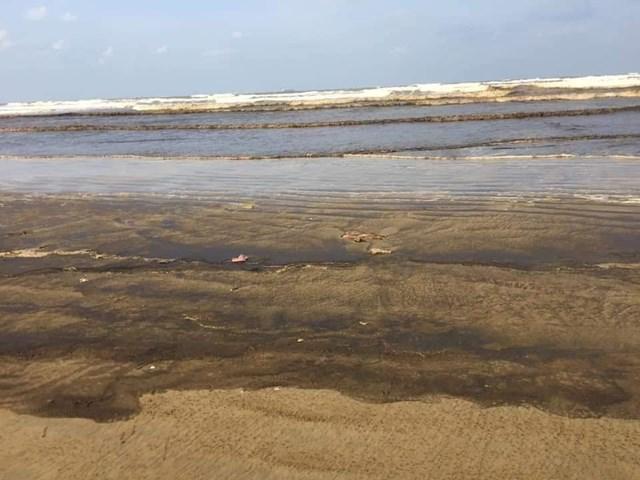 Nước biển Quảng Ngãi đổi màu nâu đen, người dân lo lắng