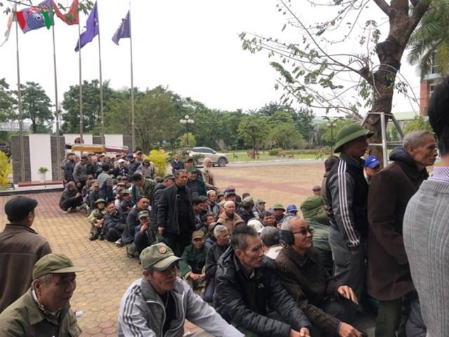 Người hâm mộ lại trèo tường đòi vé gây náo loạn trụ sở VFF - 10