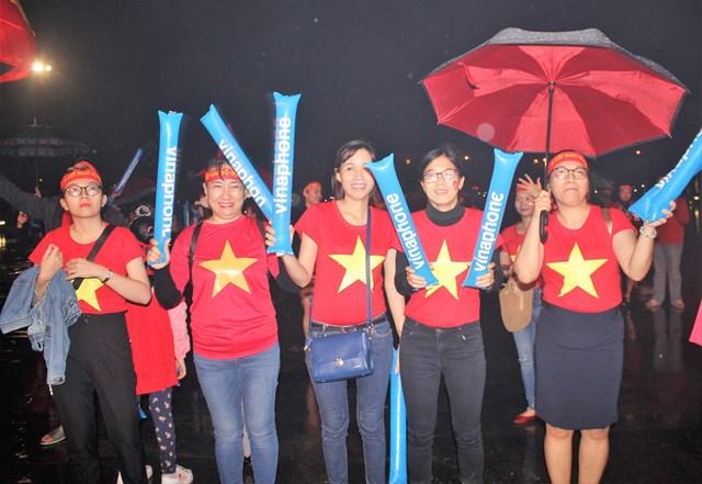 [ẢNH] Cổ động viên Quảng Nam đứng dưới mưa cổ vũ đội tuyển Việt Nam - 3