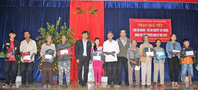 Văn phòng báo Đại Đoàn Kết tại Quảng Nam, Quảng Ngãi tặng quà Tết cho người nghèo