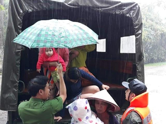 Cảnh sát cơ động dầm mình trong nước giúp dân vượt lũ - 3