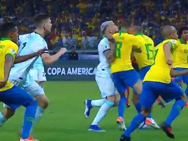 Messi đau đớn, tố cáo chủ nhà Brazil 'chơi bẩn' với công nghệ VAR - 1