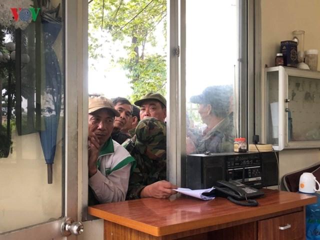 Người hâm mộ lại trèo tường đòi vé gây náo loạn trụ sở VFF - 11