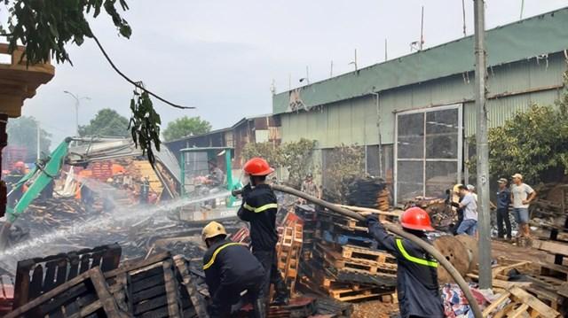 Cháy lớn tại xưởng gỗ pallet ở Quảng Nam - 1