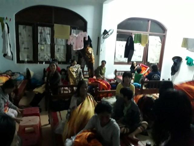 Cảnh sát cơ động dầm mình trong nước giúp dân vượt lũ - 5