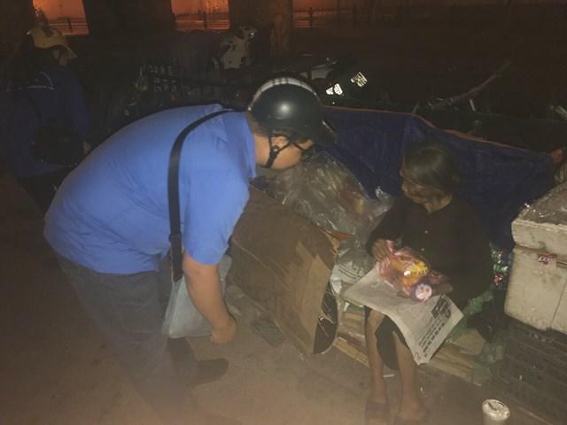 Giới trẻ tặng quà cho người vô gia cư trong đêm trung thu - 1