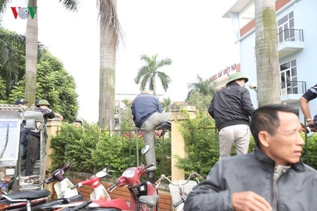 Người hâm mộ lại trèo tường đòi vé gây náo loạn trụ sở VFF - 2