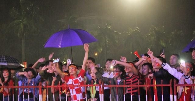[ẢNH] Cổ động viên Quảng Nam đứng dưới mưa cổ vũ đội tuyển Việt Nam - 10