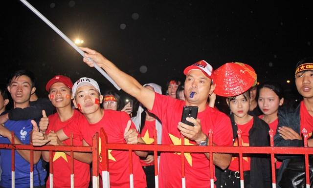 [ẢNH] Cổ động viên Quảng Nam đứng dưới mưa cổ vũ đội tuyển Việt Nam - 6