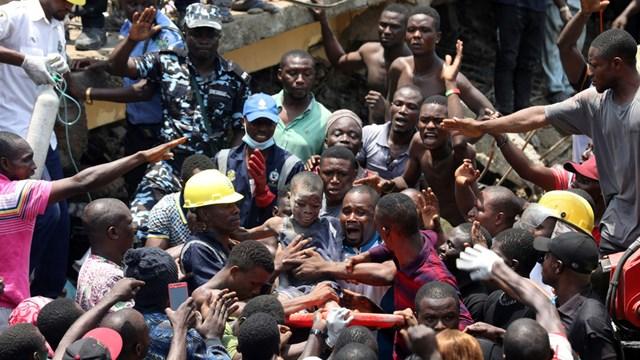 Sập trường học tại Nigeria: Nhiều trẻ em có thể bị thiệt mạng và mắc kẹt bên trong
